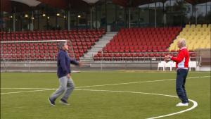 Jef en Robert voetballen